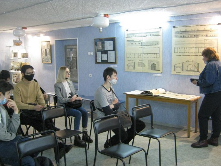 Студенты музеологи на выставке в ГААК