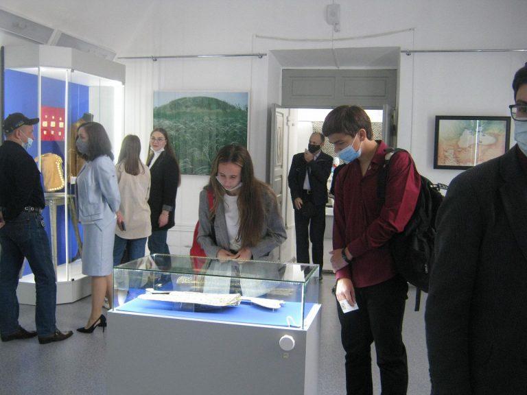 Студенты-музеологи на выставке «Золото донских степей»
